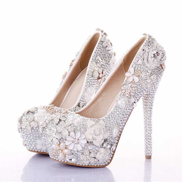 Woman wears flats shoes to work! Heel wego!